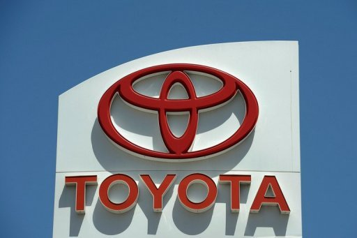 Toyota Motor will pay a record $17.35 million dollar fine for failing to promptly notify US authorities about a safety defect on 2010 Lexus models, a federal agency said.
