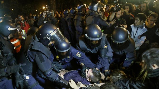 Spain considers banning photos of police on duty