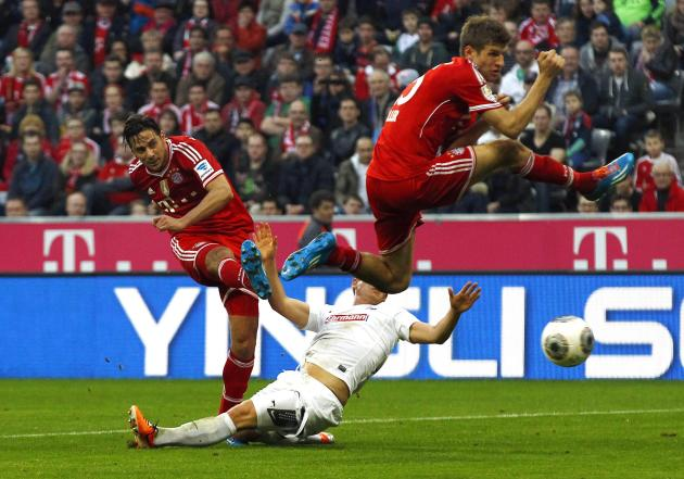 Bayern Munich's Pizarro scores a goal next to teammate Mueller during their German Bundesliga first division soccer match against Freiburg in Munich