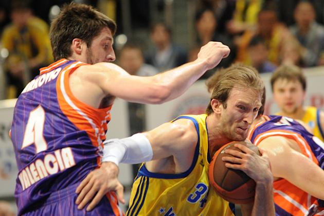 Valencia's Stefan Markovic vies with BC Khimki's Zoran Planinic (R) during the Eurocup final basketball match between BC Khimki and Valencia in Khimki, outside Moscow on April 15, 2012.    AFP PHOTO /