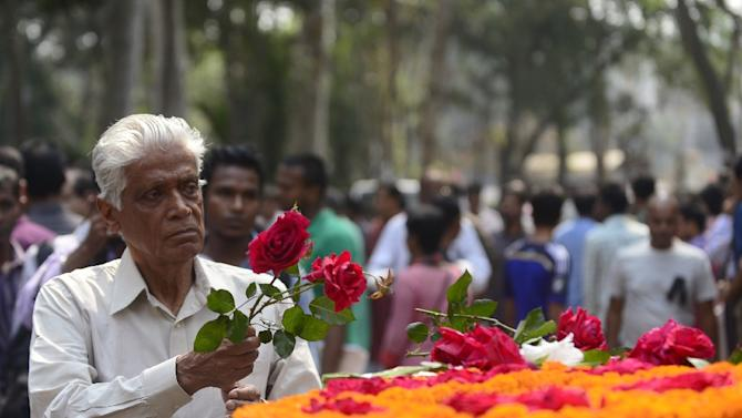 Bangladeshi mourners pay their last respects to US blogger Avijit Roy in Dhaka, on March 1, 2015, after he was hacked to death by unidentified assailants on February 26