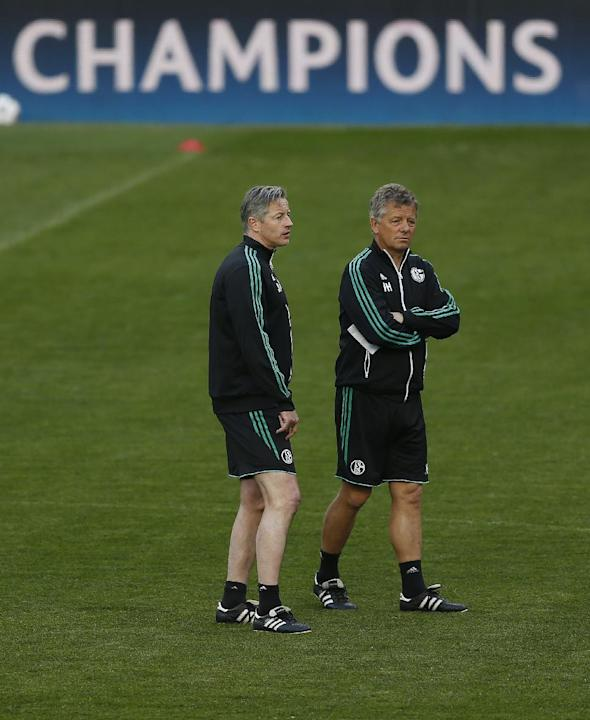 Schalke's coach Jens Keller, left, watches the players during a training session prior the Champions League second leg knock out soccer match between FC Schalke 04 and Real Madrid in Madrid, Spain