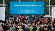 Das traditionelle Sommerfest des Bundesprsidenten steht heute erstmals allen Brgern offen. Auf zwei Bhnen wird ein Kulturprogramm geboten. Initiativen und wohlttige Verbnde stellen ihre Arbeit an Stnden im Schlosspark vor