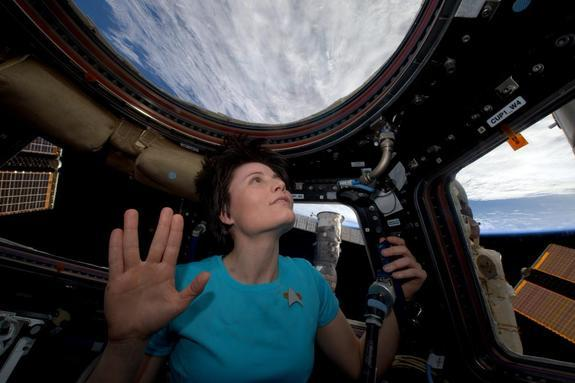 Vulcan Salute: Astronauts Honor Leonard Nimoy from Space (Photos)