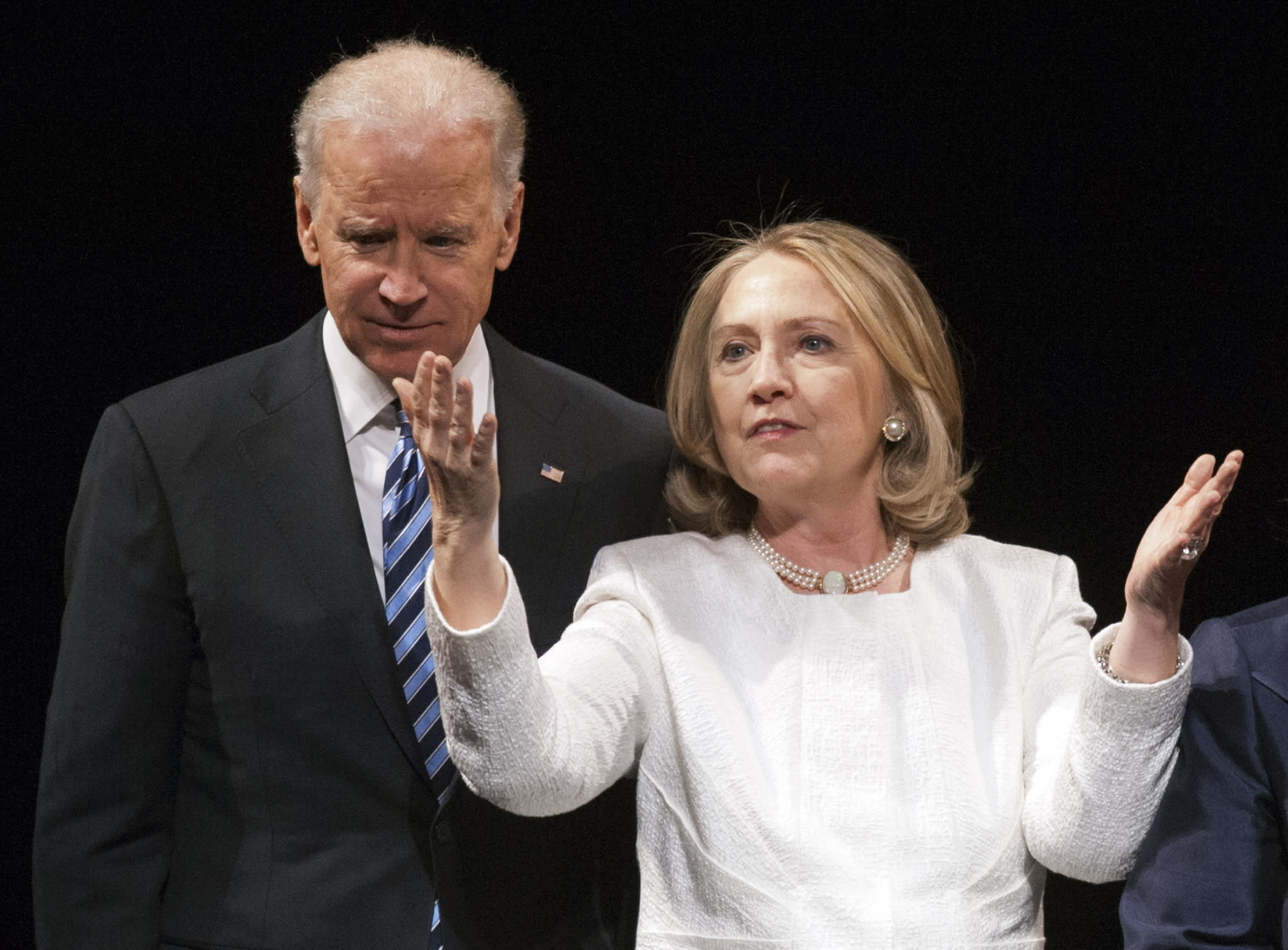 Before nation's top Democrats, Clinton sends Biden a message
