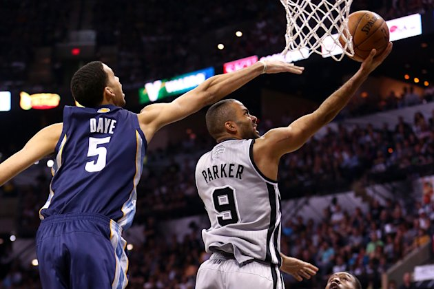 Los San Antonio Spurs aplastaron el domingo 105-83 a Memphis Grizzlies.