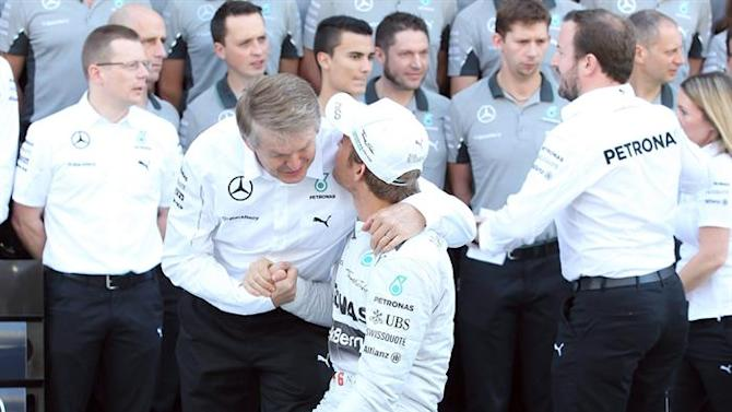 XAH02. Abu Dhabi (United Arab Emirates), 23/11/2014.- Daimler AG board member for Mercedes Cars Development Thomas Weber (Front-R) shakes hand with German Formula One driver Nico Rosberg (Front-R) of Mercedes AMG GP during a team picture before the main race of the Abu Dhabi Formula One Grand Prix at Yas Marina Circuit in Abu Dhabi, United Arab Emirates, 23 November 2014. EFE/EPA/ALI HAIDER