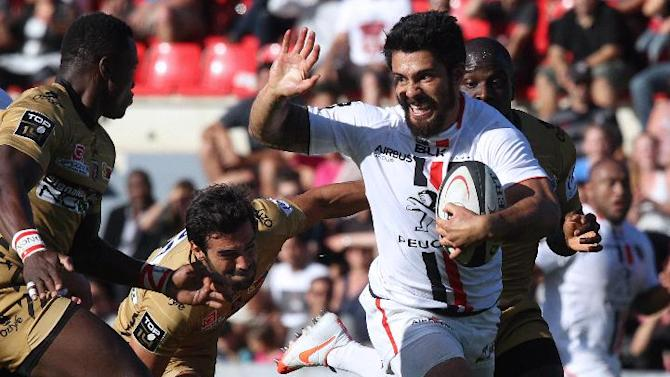 Toulouse's centre Yann David (C) runs with the ball during the French Top 14 rugby union match between Toulouse (Stade Toulousain) and Oyonnax on August 16, 2014 at the Ernest Wallon Stadium in Toulouse, southern France