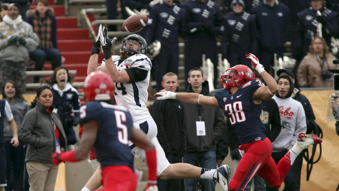 Nevada tight end Zach Sudfeld catches a pass for his second touchdown of the gam as Arizona's Shaquille Robinson, left, and Jared Tevis defend during the first half of the New Mexico Bowl NCAA college football game in Albuquerque, N.M., Saturday, Dec. 15, 2012. (AP Photo/Eric Draper)