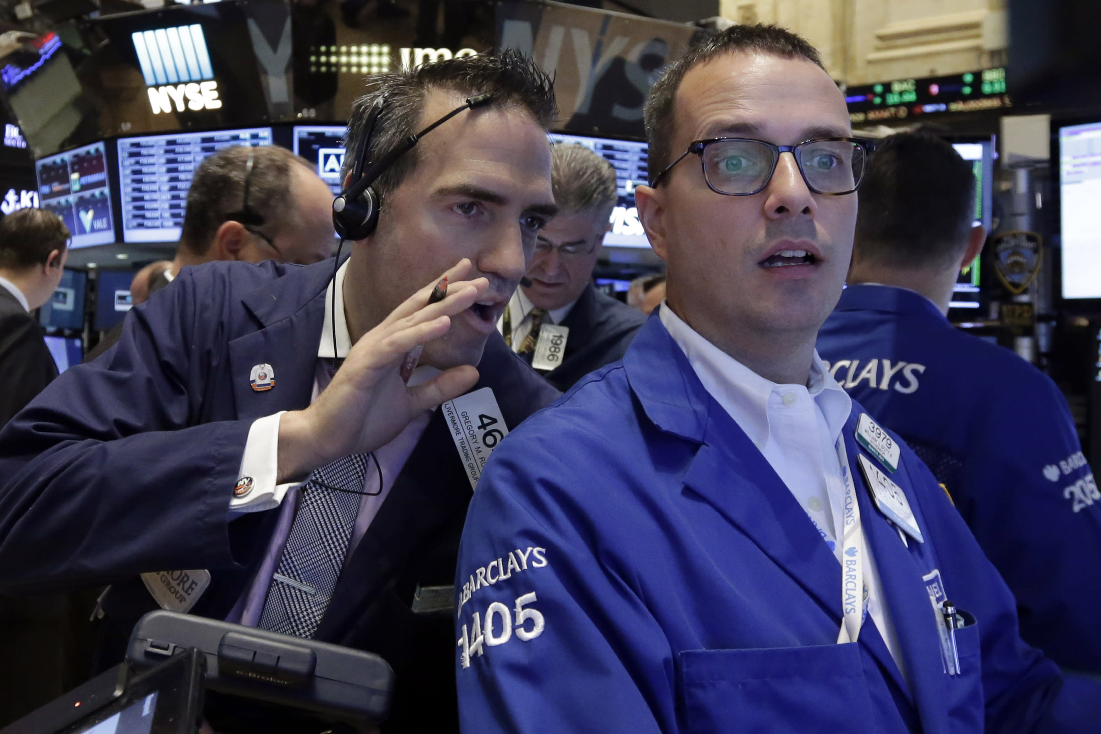 US stocks edge lower; energy shares reverse a slide