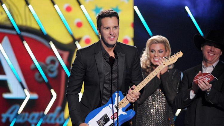 Luke Bryan accepts the male artist of the year award onstage at the American Country Awards at the Mandalay Bay Resort & Casino on Tuesday, Dec. 10, 2013, in Las Vegas, Nev. (Photo by Frank Micelotta/Invision/AP)