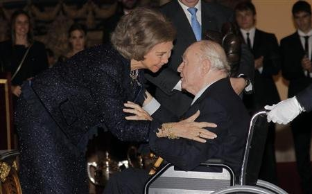 Real Madrid's honorary president Alfredo Di Stefano receives the Francisco Fernandez Ochoa National Award trophy from Spanish Queen Sofia during the 2011 Spanish National Sports Awards ceremony at El
