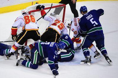 Line brawl erupts between Canucks, Flames in Game 2