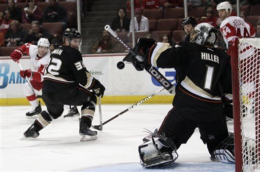 Hiller shuts out Red Wings in Ducks' skid-snapper