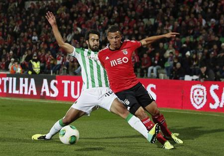 Rio Ave's Marcelo Ferreira (L) battles for the ball with Benfica's Rodrigo Lima during their Portuguese Premier League soccer match at Dos Arcos stadium in Vila do Conde December 1, 2013. REUTERS/Rafa