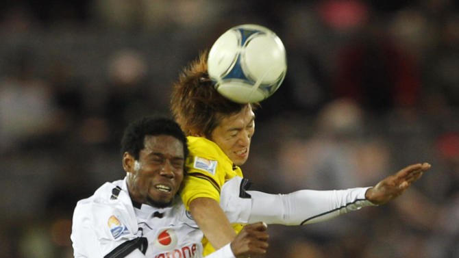 Qatar's Al-Sadd Sports Club forward Kader Keita, left, and Japan's Kashiwa Reysol defender Tatsuya Masushima vie for the ball during the third place match at the Club World Cup soccer tournament in Yokohama, near Tokyo, Japan, Sunday, Dec. 18, 2011. (AP Photo/Koji Sasahara)