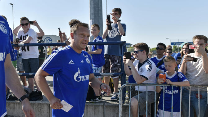 Schalke's new head coach Andre Breitenreiter arrives between fans to the  opening training session for the new season in Gelsenkirchen, Germany, Thursday, July 2, 2015. The new Bundesliga season starts Aug. 14, 2015,  FC Schalke 04 will also play the Europa League. (AP Photo/Martin Meissner)