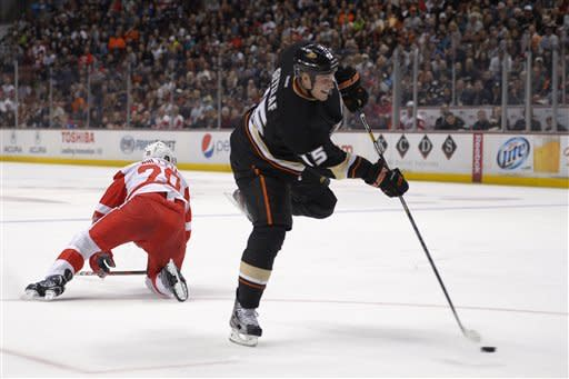 Red Wings beat Ducks 2-1 for 4th straight road win