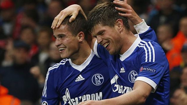 Schalke 04&#39;s Klaas-Jan Huntelaar celebrates with team mate Ibrahim Afellay (L) after scoring the opening goal against Arsenal during their Champions League Group B match in London October 24, 2012.
