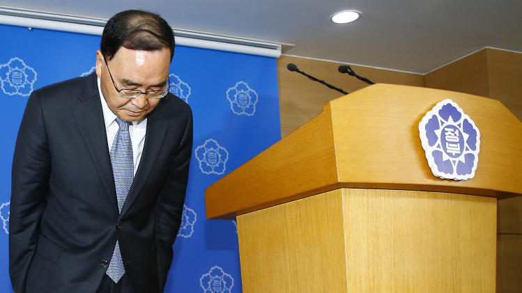 """South Korean Prime Minister Chung Hong-won bows to the nation after offering his resignation at the Central Government Complex in Seoul, South Korea, Sunday, April 27, 2014. Chung offered to resign Sunday over the government's handling of a deadly ferry sinking, blaming """"deep-rooted evils"""" and societal irregularities for a tragedy that has left more than 300 people dead or missing and led to widespread shame, fury and finger-pointing. (AP Photo/Yonhap) KOREA OUT"""