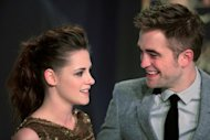 Actriz estadounidense Kristen Stewart (I) junto al actor britnico Robert Pattinson protagonistas de la saga &quot;Crepsculo&quot; durante el estreno en Berln el 16 de noviembre de 2012. (AFP | frederic lafargue)
