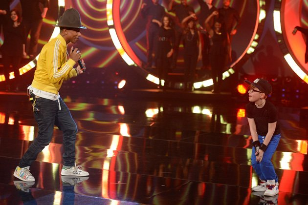 "Leandro (r.) tanzt zu Pharrell Williams ""Happy"" (Bild: ZDF / Sascha Baumann)"