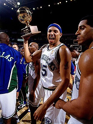 Chris-gatling-celebrates-the-mavericks-winning-the-1996-mexico-city-challenge.-barry-gossage-nba-getty-images