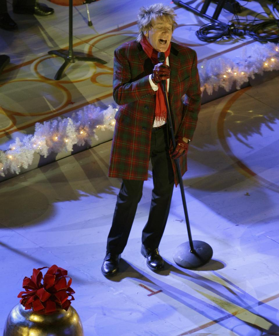 Singer-songwriter Rod Stewart performs before the Rockefeller Center Christmas Tree is lit during the 80th annual tree lighting ceremony at Rockefeller Center in New York, Wednesday, Nov. 28, 2012.  (AP Photo/Kathy Willens)