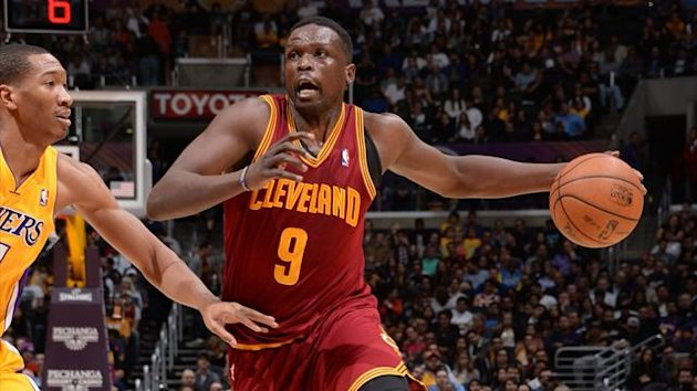 Luol Deng #9 of the Cleveland Cavaliers drives to the basket against Wesley Johnson #11 of the Los Angeles Lakers at Staples Center on January 14, 2014 in Los Angeles, California (AFP)