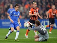 FC Shakhtar&#39;s goalkeeper Andriy Pyatov (R) catches the ball as Chelsea&#39;s Brazilian midfielder Oscar (L) tries to score during the UEFA Champions League, Group E, football match in Donetsk. Shakhtar won 2-1