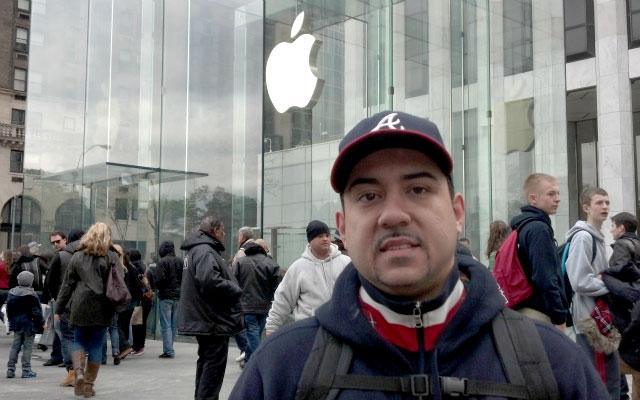 Meet the Only Guy in Line for an iPad Mini in NYC [PICS]