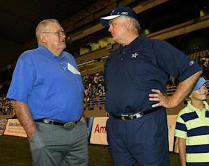 Dallas Cowboys' NFL football team's head coach Wade Phillips (R) talks with former coach of the Houston Oilers Bum Phillips