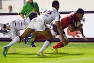 Toulon&#39;s David Smith (R) runs to score a try during a French Top 14 rugby union match at the Mayol stadium in Toulon, southern France. Toulon went top of the Top 14 table with a bonus-point 42-12 rout of Bordeaux-Begles
