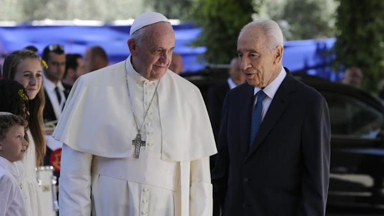 Israel's President Shimon Peres (R) welcomes Pope Francis at the president's residence in Jerusalem on May 26, 2014