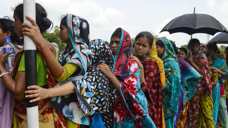 Bangladesh garment disaster death toll nears 900