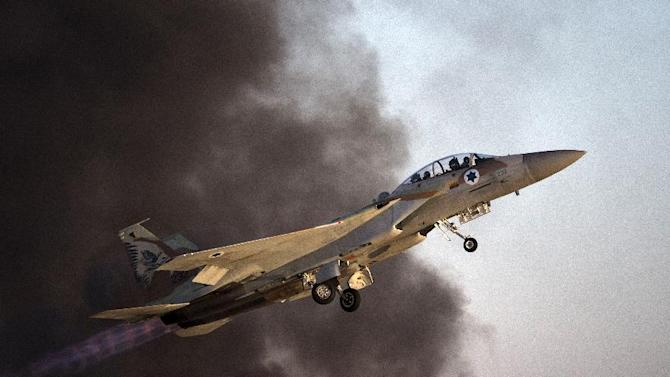 An Israeli F-15 I fighter jet takes off during an air show at the graduation ceremony of Israeli air force pilots at the Hatzerim base in the Negev desert, on June 27, 2013