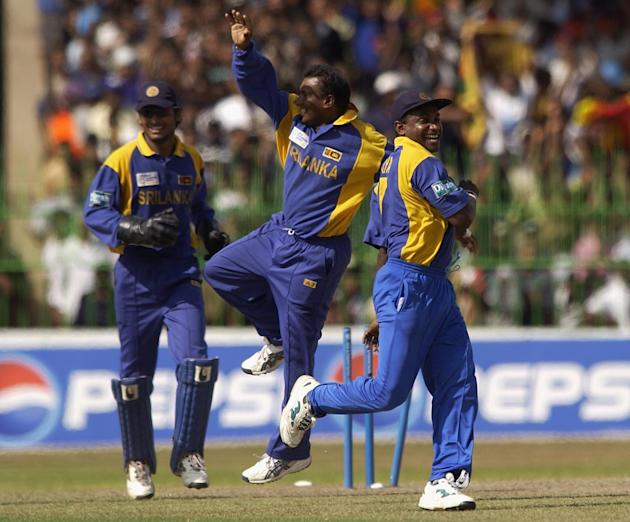 Sanath Jayasuriya and Aravinda de Silva celebrate