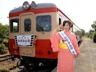 Iwasa Misaki promotes single at train station