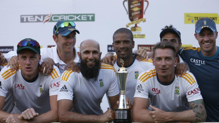 South Africa's captain Amla, Morkel, Steyn and AB de Villiers poses with teammates and the trophy after winning the test cricket series against Sri Lanka in Colombo