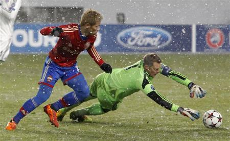 CSKA Moscow's Keisuke Honda chases Bayern Munich's goalkeeper Manuel Neuer who jumps for the ball during their Champions League soccer match at the Arena Khimki outside Moscow