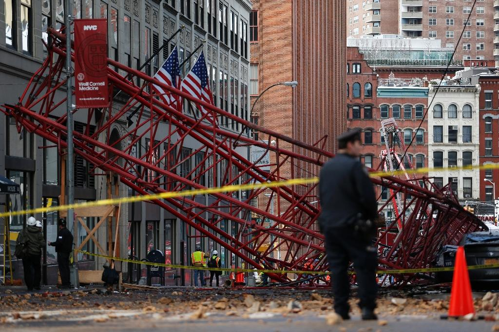 Giant crane falls in New York, killing one: official