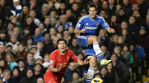 Chelsea's Cesar Azpilicueta (R) challenges Liverpool's Luis Suarez during their English Premier League soccer match at Stamford Bridge in London, December 29, 2013 (Reuters)