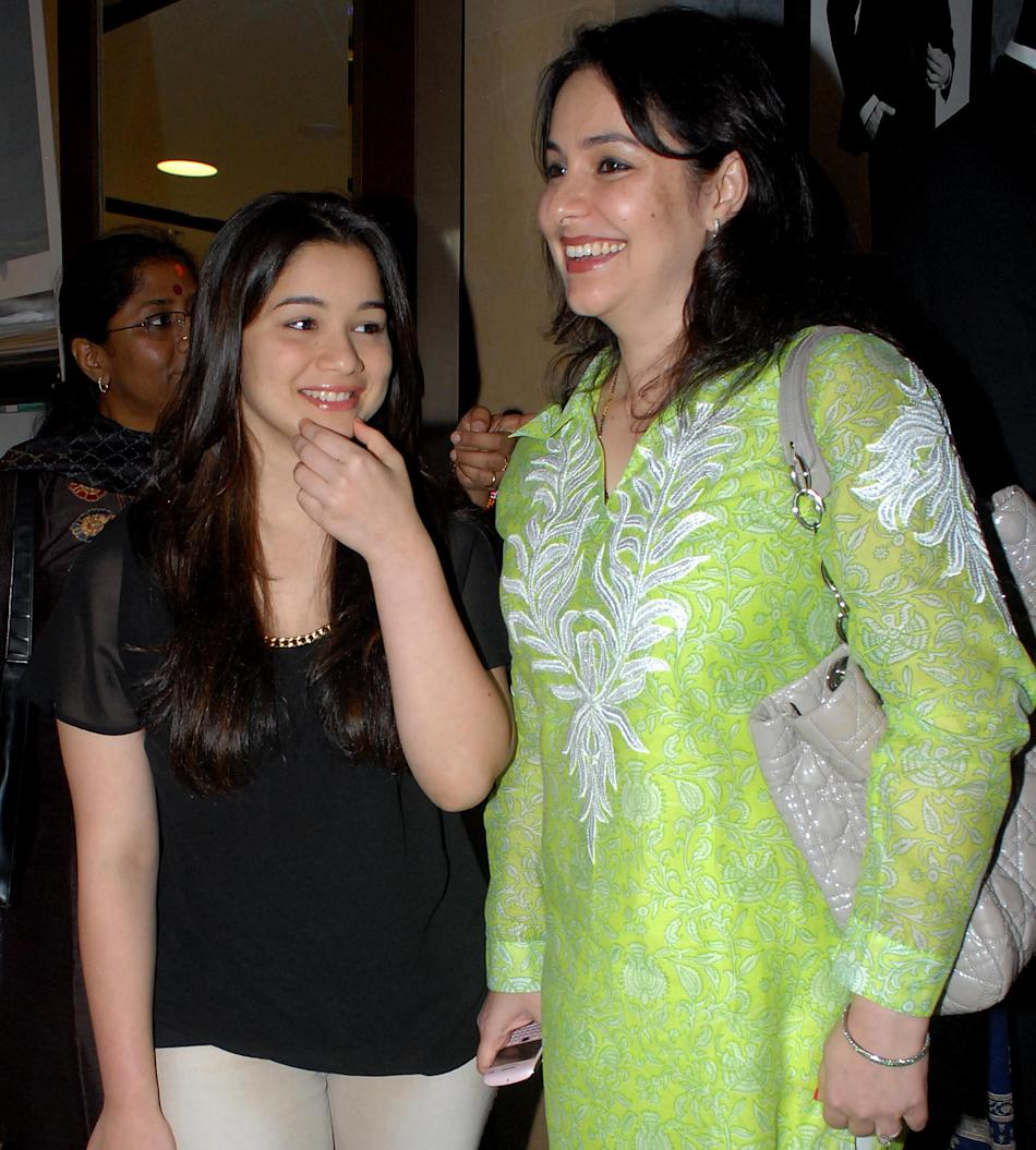 Anjali & Sara Tendulkar At The 40th Anniversary Of Apnalaya
