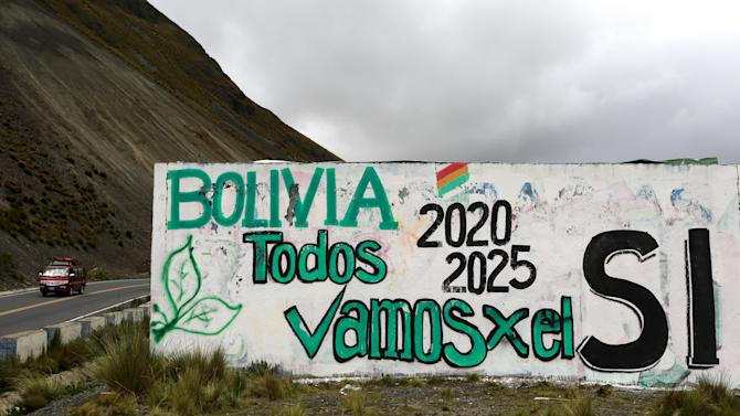 "A mural referring to a referendum vote reading ""Bolivia, everybody go for Yes"" in Urujara"