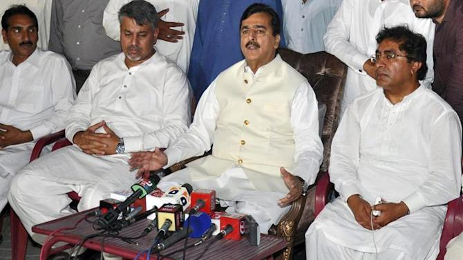 MTN01. Multan (Pakistan), 25/05/2015.- Former Pakistani Prime Minister Yusuf Raza Gilani speaks to journalists after he received a phone call from his son who was kidnapped in year 2013, in Multan, Pakistan, 25 May 2015. Yousaf Raza Gilani said that unknown kidnappers asked for their accomplices to be freed from Pakistani Prisons in return of his son. Ali Haider Gilani the son of former PM Gilani was kidnapped by suspected militants during an election campaign in 2013. EFE/EPA/FAISAL KAREEM