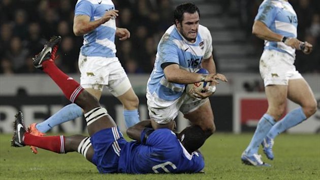 France&#39;s Yannick Nyanga (L bottom) struggles with Argentina&#39;s Juan Figallo