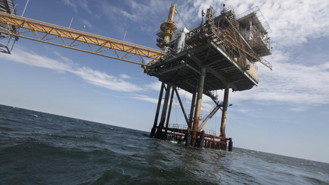 Oil companies retake nearly 400 platforms in gulf