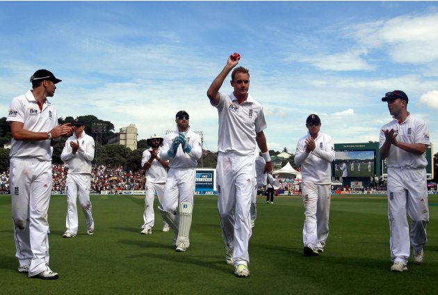 England's Broad is applauded by teammates during third day second test against New Zealand in Wellington