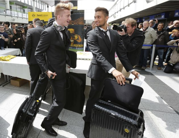Borussia Dortmund's Reus and Leitner arrive at Dortmund airport