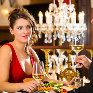 Happy-couple-romantic-dinner_web